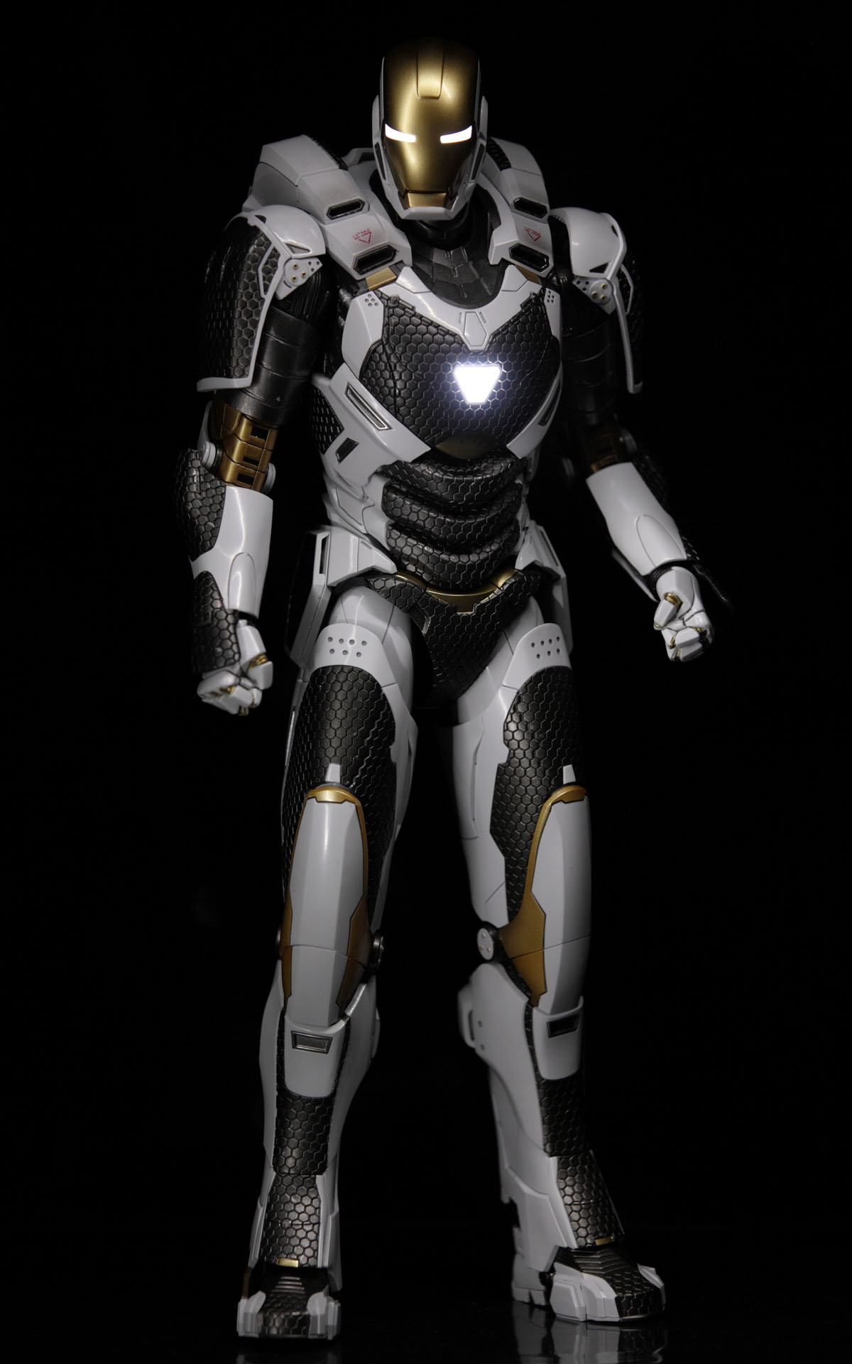 hottoys-iron-man3-mark-39-starboost-picture01