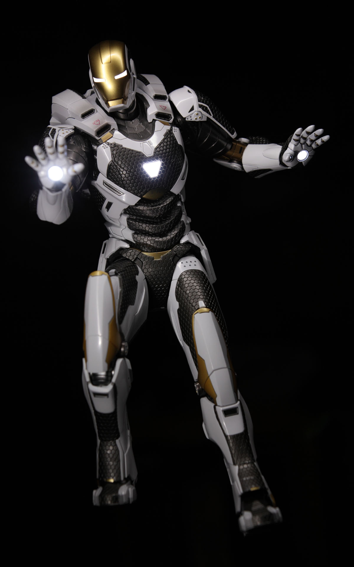 hottoys-iron-man3-mark-39-starboost-picture05